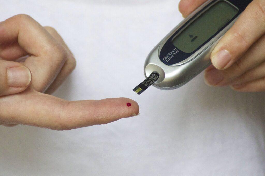 obniżenie poziomu cukru i insuliny we krwi dzięki diecie niskowęglowodanowej